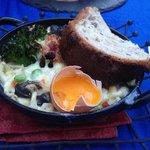 Escargots, spatzeles, lard et oeuf de poule en coquille