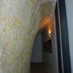 corridoio sotto la roccia