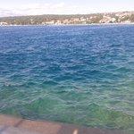 Mare visto dalla piattaforma in cemento