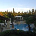 vista piscina con zona relax
