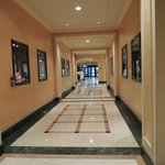 Más escaparates dentro del hall del hotel