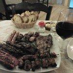 L'arrosto misto con calice di vino rosso