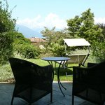 Terrasse vor dem Zimmer mit Blick in den Park und zum See