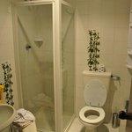 Чистая приятная ванная комната