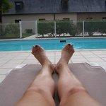 Un moment de détente au bord de la piscine