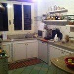 cucina con cibi, bevande ed accessori a disposizione dei clienti
