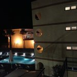 vista desde pasillo habitaciones, aparthhotel al fondo