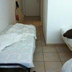 lit de camp pour enfant dans le couloir