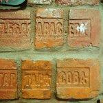 Стены сложены из кирпичей 1800 года. Фамильные кирпичи.
