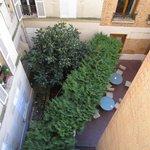 Вид из номера во внутренний дворик