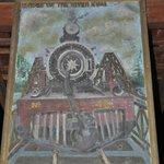 Een verwijzing naar de opnames van de Bridge over the River Kwai.