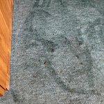 Teppich fleckig, Krümel vom Vormieter unter dem Schreibtisch