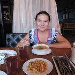 Дочурка лопает суп :)