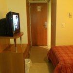 tv, entrada habitación