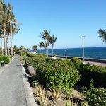 Accès avec le pass de l'hôtel sur la promenade, le phare et encore plus loin la plage...