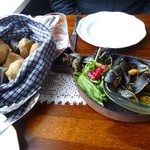 mussels with hot saffran bread