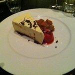 Torta Cioccolato bianco , sorbetto di fragole e composta di pesche