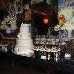 A mesa de doces do casamento.