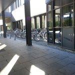 bicicletero en la entrada