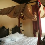The romantic four poster bed in room Turchetti.