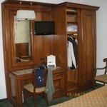 Armario y mesa de habitacion doble