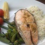 salmone con verdure e riso bianco