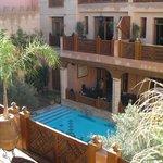 il cortile e la piscina 8