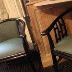 vecchie sedie inutili in una stanza già troppo piccola