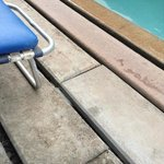 Bord de la piscine en béton