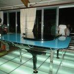el piano en el bar del hotel