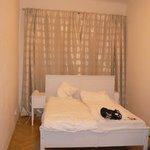 Спальня, в ней есть ещё большой комод.