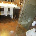 aquí se aprecia mejor el banco blanco bajo el lavabo