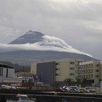 El hotel con la montaña de Pico al fondo