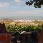 La terrasse, ouverte à tous pour les repas notamment, en bord de plage