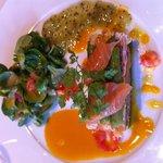 Saumon mariné et chair de tourteau sauce agrumes et kiwi