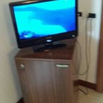 televisione sopra il frigorifero