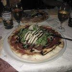 margherita con bresaola, rucola, grana a scaglie e aceto balsamico in glassa