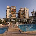 Blick vom Pool auf die Rückseite des Hotels