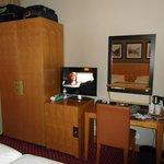 armario, minibar, tv y escritorio