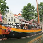 een mooi tjalk in de haven van Schiedam