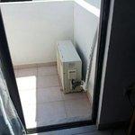 Condizionatore su balcone che perde acqua e allaga tutto