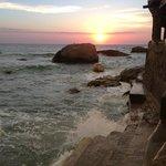 dalla spiaggia il sole che tramonta