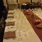 tavola imbandita, vini sullo sfondo pronti ad essere protagonisti..