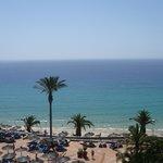 vu de la reception de l'hotel sur la plage.