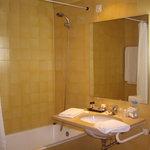 El baño que el hotel no te enseña en ninguna de sus fotos.