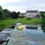 Casa y jardín des del embarcadero del lago