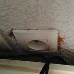 Gros trou derrière la prise électrique de TV
