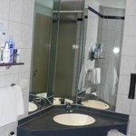 mobile bagno con specchiera e mensola