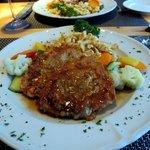Engadinerschnitzel (Kalbsschnitzel mit Rohschinken, Kräutern, Champignons und Spinat belegt)