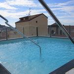 la piscina piccola ma in una terrazza ben organizzata